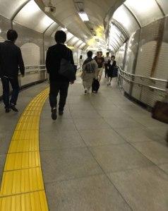 tokyo_train_tunnel_kimono
